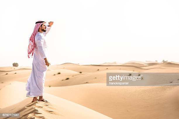 arabic sheik on the desert look forward - gulf of oman photos et images de collection