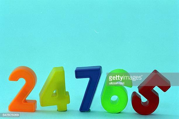 Arabische Zahlen in einer Reihe zwei vier sieben sechs und fünf in verschiedenen Farben Zahlenzeichen Ziffern