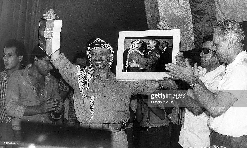 Arafat, Yassir - Politiker, Palaestina/ zum 30. Jahrestag der DDR in Beirut : Nachrichtenfoto