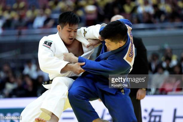 Arata Tatsukawa of Japan competes against Shohei Ono of Japan in the Men's 73kg semifinal match on day two of the Grand Slam Osaka at Maruzen Intec...