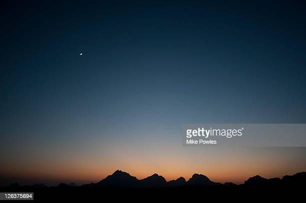 aravelli hills moonrise, rajasthan - imbrunire foto e immagini stock