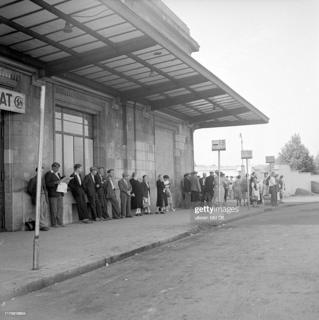 Streik im Elsass: Reisende am Warten, 1953 : News Photo