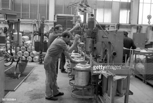 Arbeiter bei der Fertigung der Behälter für ElektroBoiler im VEB LEW Hennigsdorf aufgenommen im Dezember 1985 Der Betrieb eigentlich spezialisiert...