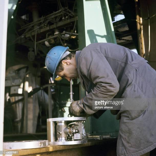 Arbeiter bei der Montage des Raketentriebwerks auf dem Prüfstand II auf dem Raketenversuchsgelände Lampoldshausen wo die Triebwerke der...