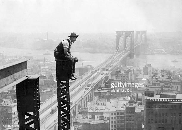 Arbeiter beim Bau eines WolkenkratzersIH die BrooklynBridge und East River1907