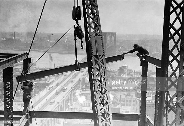 Arbeiter beim Bau eines WolkenkratzersMontage des StahlskelettsiH BrooklynBridge und East River1907