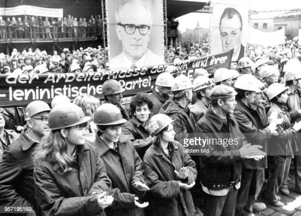 Arbeiter des Stahl und Walzwerk Riesa applaudieren bei einer Feier zum Tag der Republik 1984 erhält der Betrieb ein Ehrenbanner des ZK der SED