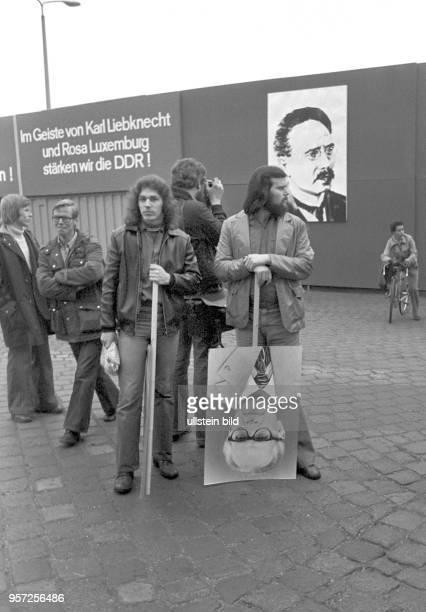 Arbeiter des VEB Kombinat Narva Berlin stehen im November 1978 bei einer Veranstaltung mit PorträtPlakaten von SEDChef Honecker im Betriebshof...
