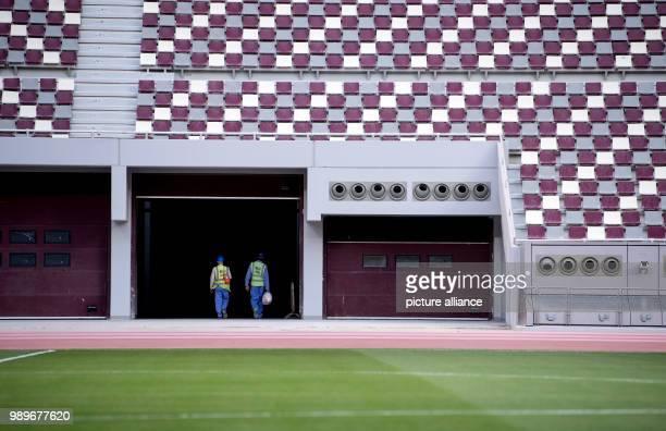Arbeiter laufen im Khalifa International Stadium in Doha am durch ein Tor Die Endrunde der FußballWeltmeisterschaft 2022 soll in Katar ausgetragen...