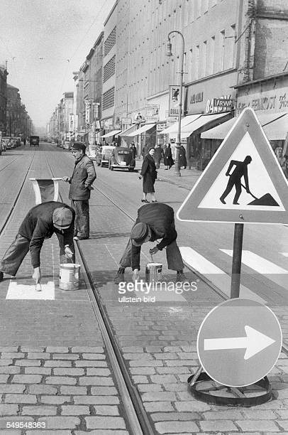 Arbeiter malen probeweise Zebrastreifen auf die Fahrbahn an der Kreuzung Skalitzer Straße / Oranienstraße Wenn sich ein Fußgängerüberweg an dieser...
