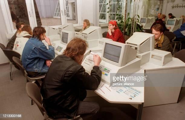 Arbeitssuchende sitzen vor Computern, um die neuesten Stellenangebote durchzuschauen. Mittels Computerausdruck erhalten sie alle Informationen über...