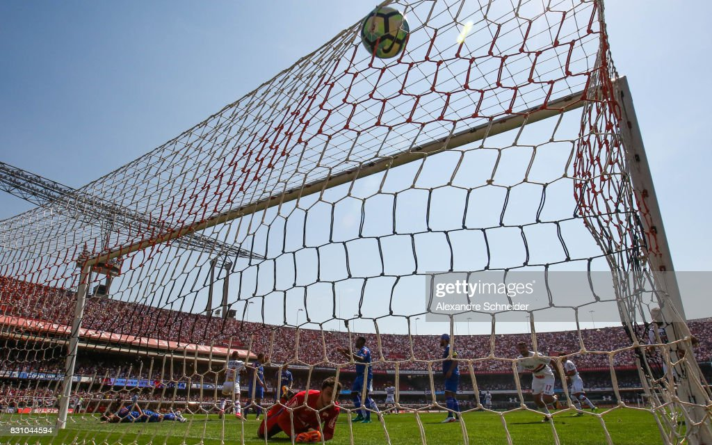 Arboleda of Sao Paulo scores their second goal during the match between Sao Paulo and Cruzeiro for the Brasileirao Series A 2017 at Morumbi Stadium on August 13, 2017 in Sao Paulo, Brazil.