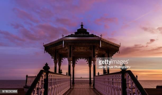 arbour on beach at sunset, brighton, east sussex, england, uk - 英国 ブライトン ストックフォトと画像