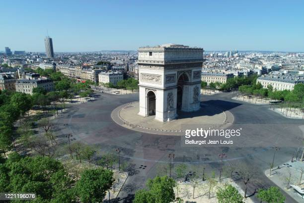 arc de triomphe and place charles de gaulle, in paris, france - empty city coronavirus stock pictures, royalty-free photos & images
