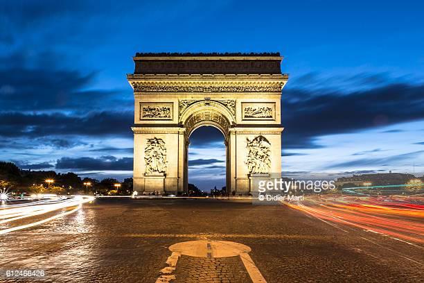 arc de triomphe at night at the top of the champs elysees in paris - arc de triomphe photos et images de collection