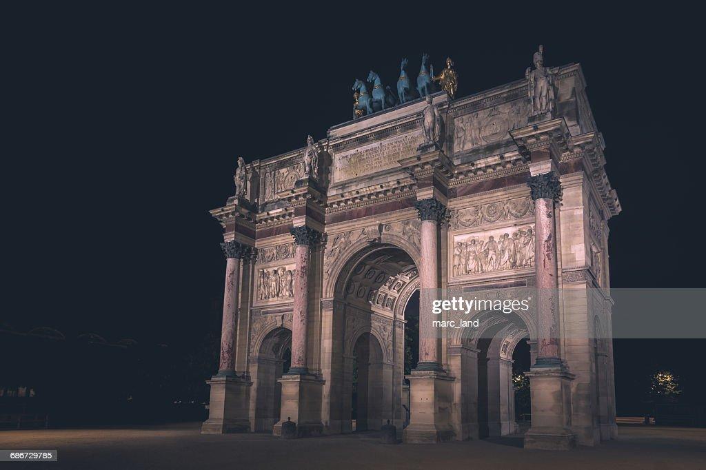 arc de triomphe at night paris france ストックフォト getty images