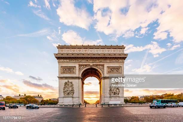 arc de triomphe at sunrise, paris, france - paris france foto e immagini stock
