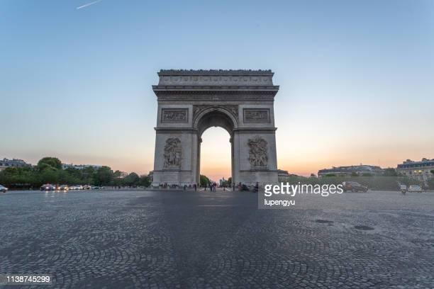 arc de triomphe at sunset,paris - arc de triomphe photos et images de collection