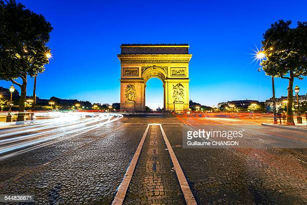 arc de triomphe de l'etoile et champs elysees - champs elysees quarter stock pictures, royalty-free photos & images