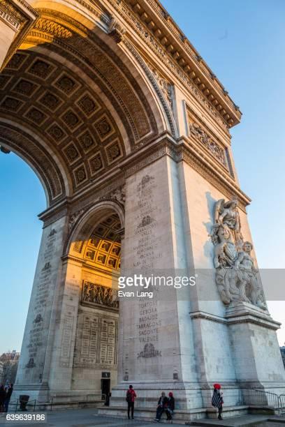 arc de triomphe de l'étoile - avenue des champs elysees photos et images de collection