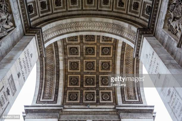 arc de triomphe de l'étoile - île de france stock-fotos und bilder