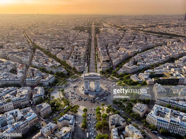 arc de triomphe in paris bei sonnenaufgang - france stock-fotos und bilder