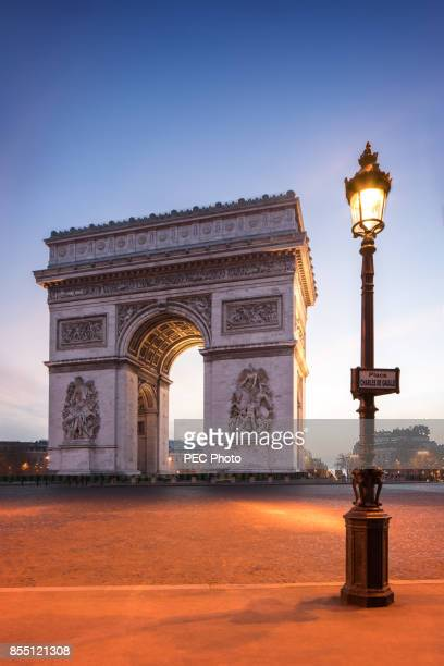 arc de triomphe paris at blue hour - place charles de gaulle paris stock photos and pictures