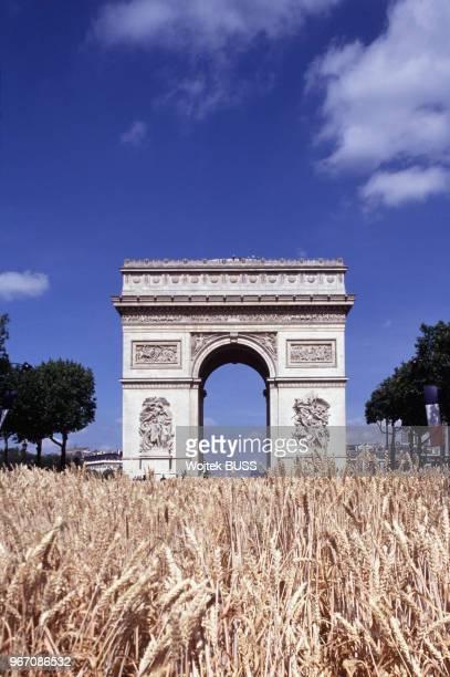 L'arc de Triomphe pendant la Grande Moisson sur les ChampsElysées à Paris le 24 juin 1990 France