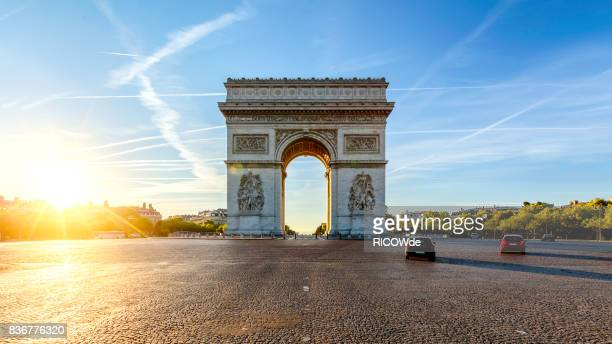 arc de triomphe - international landmark stock pictures, royalty-free photos & images