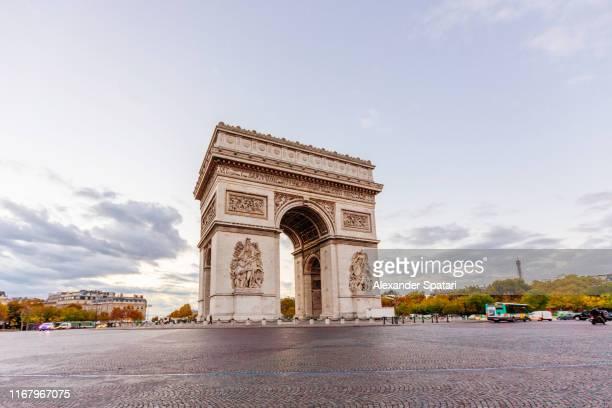 arc de triophe in the morning, paris, france - パリ凱旋門 ストックフォトと画像