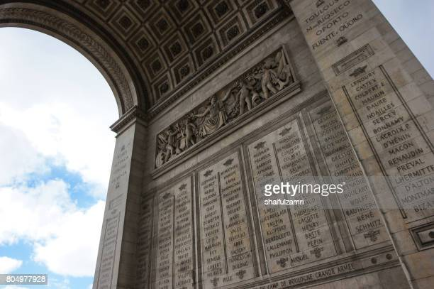 arc de triump, located in the middle of the place charles de gaulle, a large circular area from which 12 streets emanate. - shaifulzamri 個照片及圖片檔