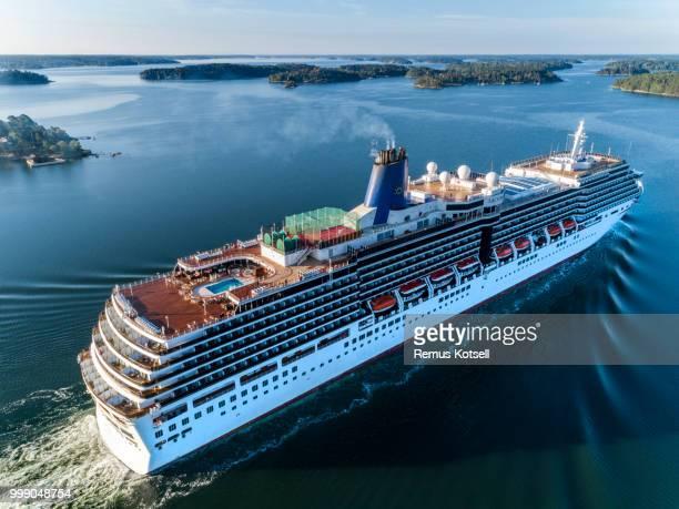 Arcadia Cruiser Ship förbi i svenska skärgården