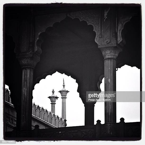 arch and minaret in jama masjid against clear sky - agra jama masjid mosque stock pictures, royalty-free photos & images