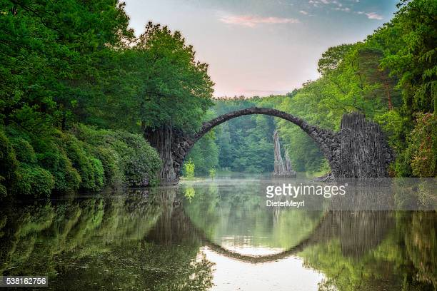 arch bridge (rakotzbrucke) in kromlau - boog architectonisch element stockfoto's en -beelden