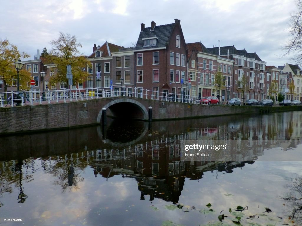 Arch Bridge Over Canal in Leiden, the Netherlands : Stockfoto