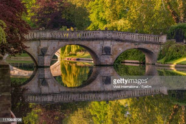 arch bridge over lake - cambridge stock pictures, royalty-free photos & images