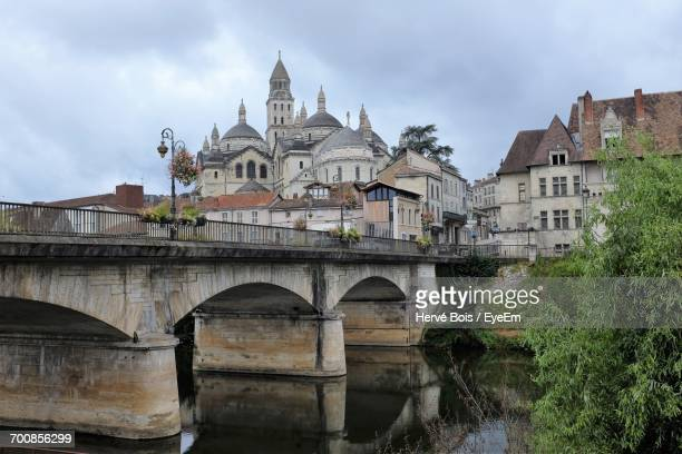 arch bridge over river against perigueux cathedral - ペリグー ストックフォトと画像