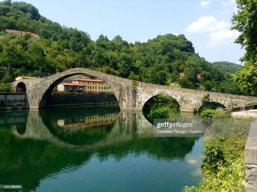 Arch Bridge Over River Against Sky : Foto stock