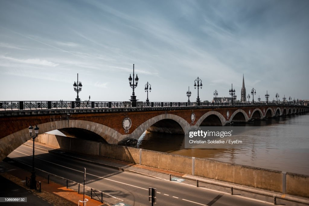Arch Bridge Over River Against Sky : Stock-Foto