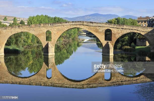 arch bridge over river against sky - unesco stockfoto's en -beelden