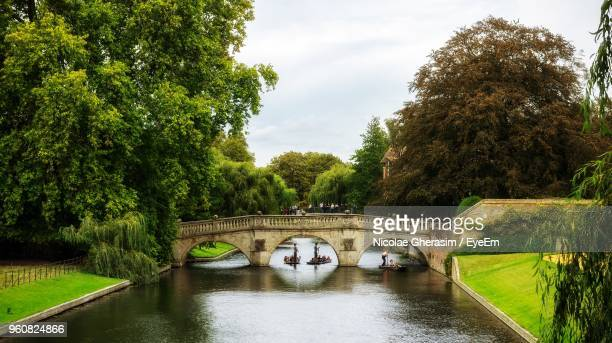 arch bridge over river against sky - cambridge cambridgeshire imagens e fotografias de stock