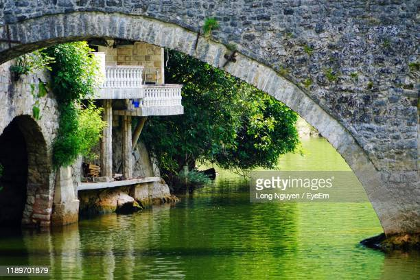 arch bridge over river in park - rijeka stock pictures, royalty-free photos & images