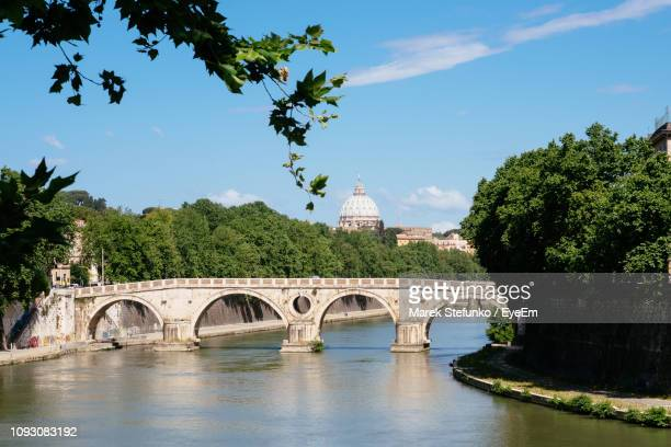 arch bridge over river - marek stefunko stockfoto's en -beelden
