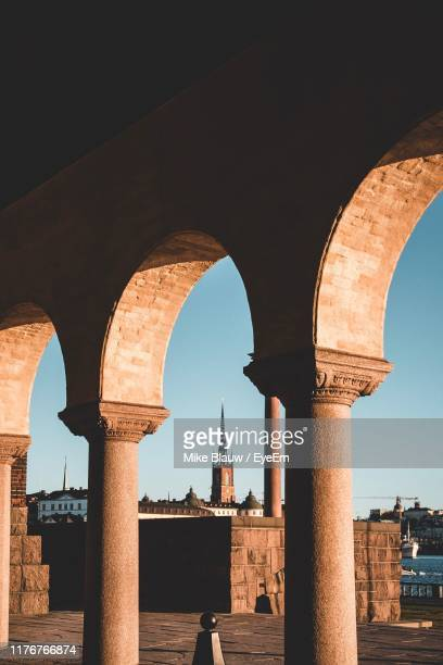 arch in building against sky - blauw stock pictures, royalty-free photos & images