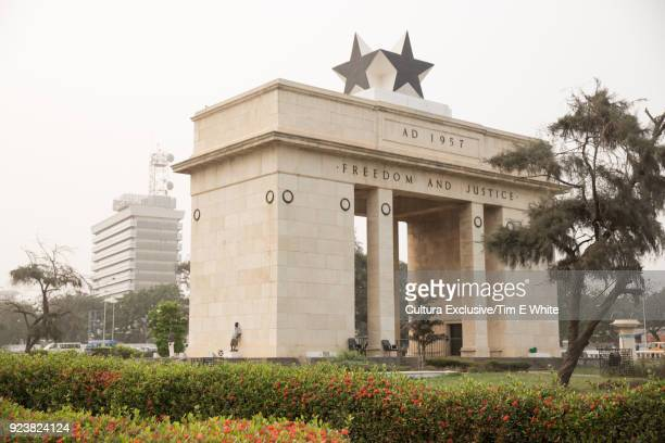 arch of independence, accra, greater accra, ghana, africa - ghana independence stock pictures, royalty-free photos & images