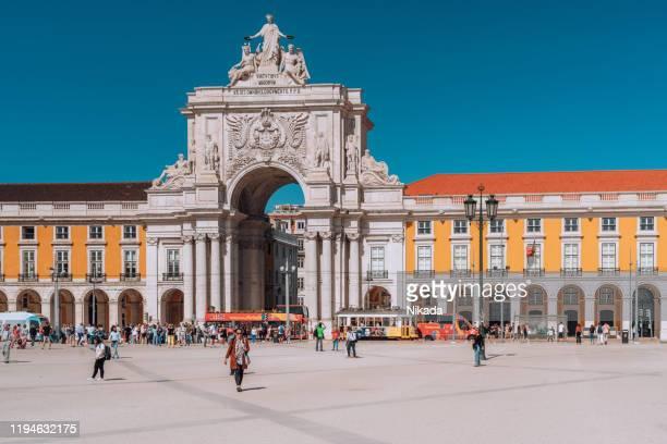 arch of rua augusta in lisbon, portugal - praça do comércio imagens e fotografias de stock