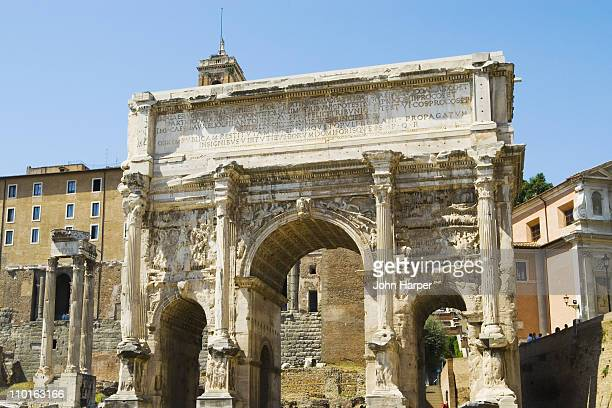 arch of septimius severus in roman  forum - arch of septimus severus stock pictures, royalty-free photos & images