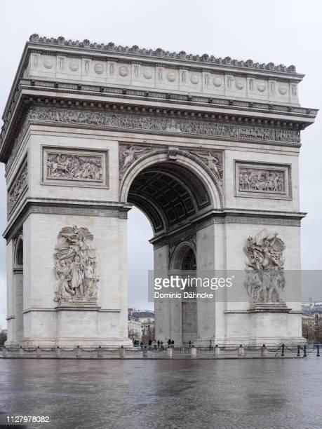 arch of triumph in paris (france) - arc de triomphe photos et images de collection