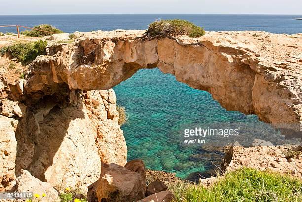 arch rock - natuurlijke brug stockfoto's en -beelden