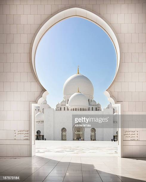 arch to the grand mosque - abu dhabi stock pictures, royalty-free photos & images